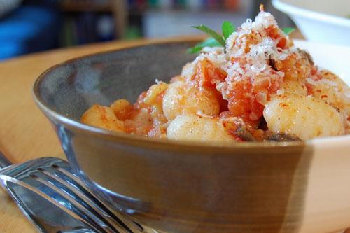 Rigatoni ou gnocchi à la sicilienne (sauce tomate à l'aubergine)