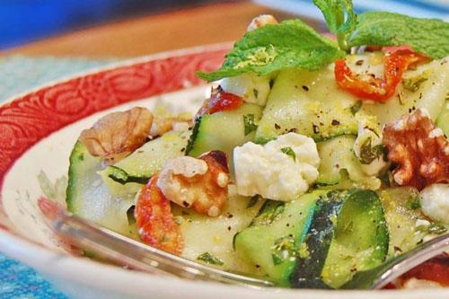 Salade de rubans de courgettes aux tomates séchées