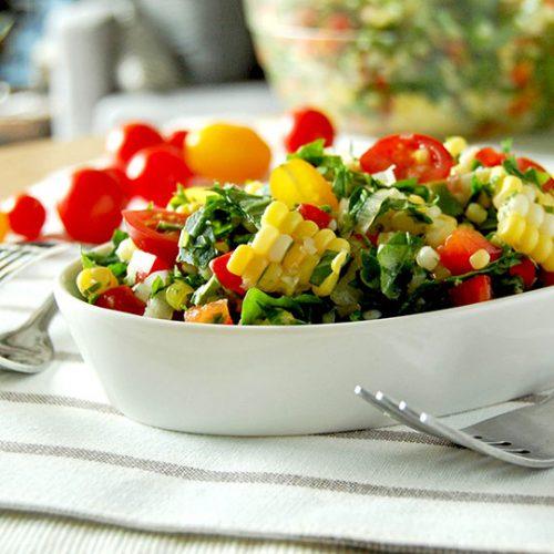 Salade de maïs, tomates et kale, sauce piquante lime et coriandre