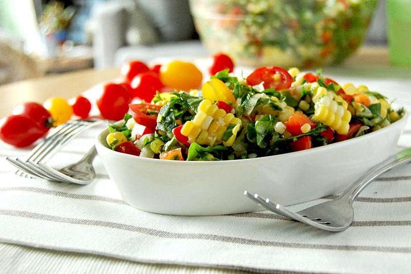Bol de salade de kale, tomates et maïs