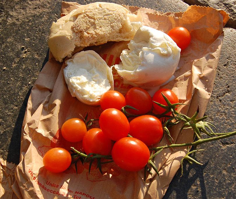 Pique-nique de tomates et mozzarella di bufala