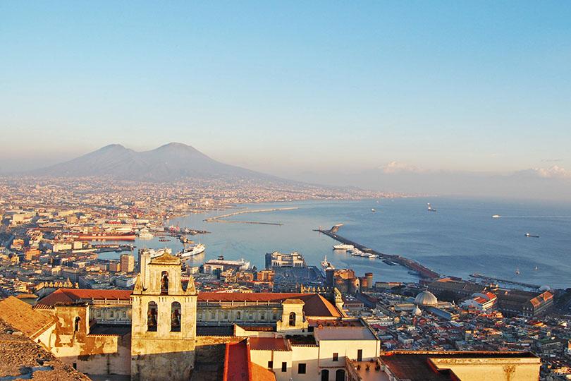 Vue sur la baie de Naples au coucher du soleil
