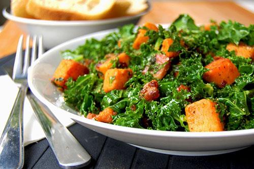 Salade tiède kale, pancetta et patate douce