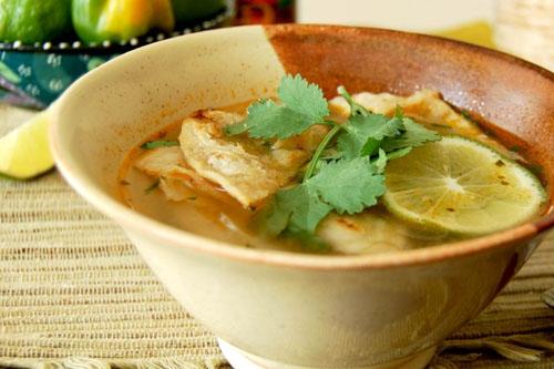 Sopa de lima (soupe mexicaine au poulet, lime et tortilla)