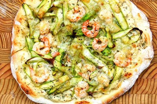 Pizza aux asperges, crevettes nordiques et Gré des champs