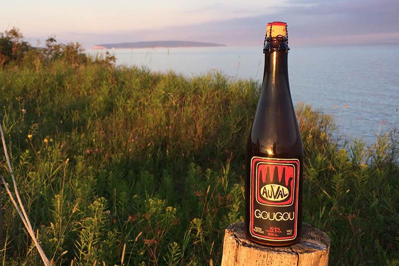 Bouteille de bière Auval devant la mer en Gaspésie