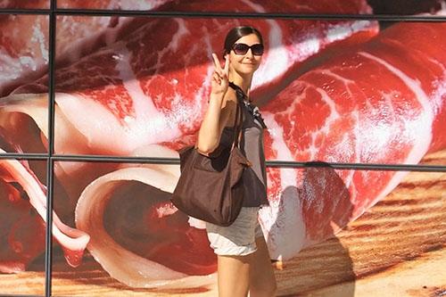 Julie Aubé devant le jambon espagnol