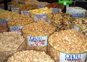 Impressionnante variété de noix au marché