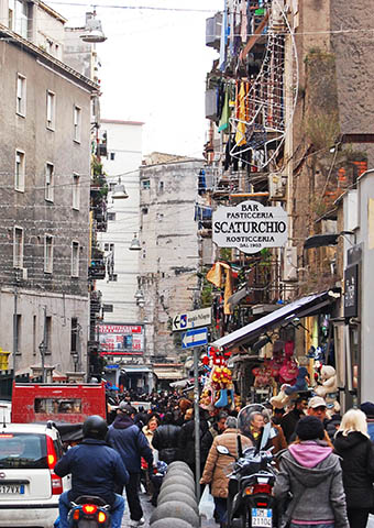 Rue animée de Napoli