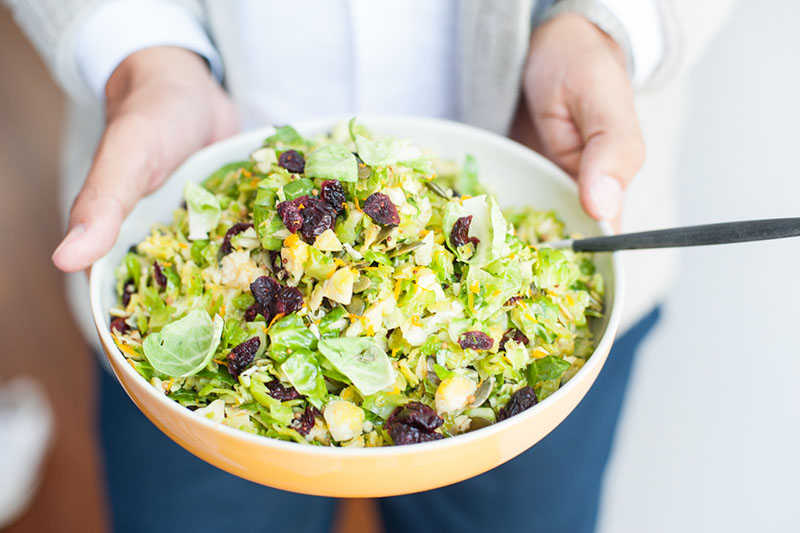 Bol de salade de chou de Bruxelles