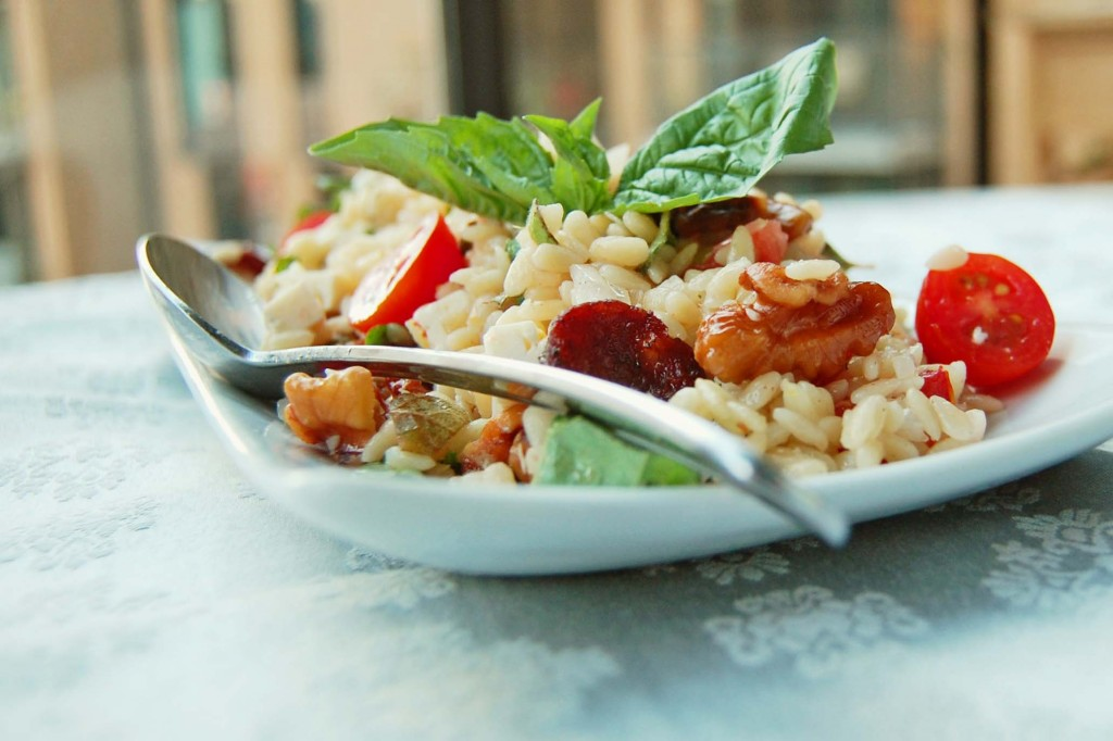 salade orzo, tomates, basilic, feta, noix