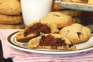 Biscuits aux pépites de chocolat au cœur de brownies