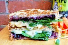 Grilled cheese aux épinards et aux bleuets