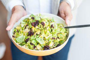 Salade de chou de Bruxelles aux canneberges