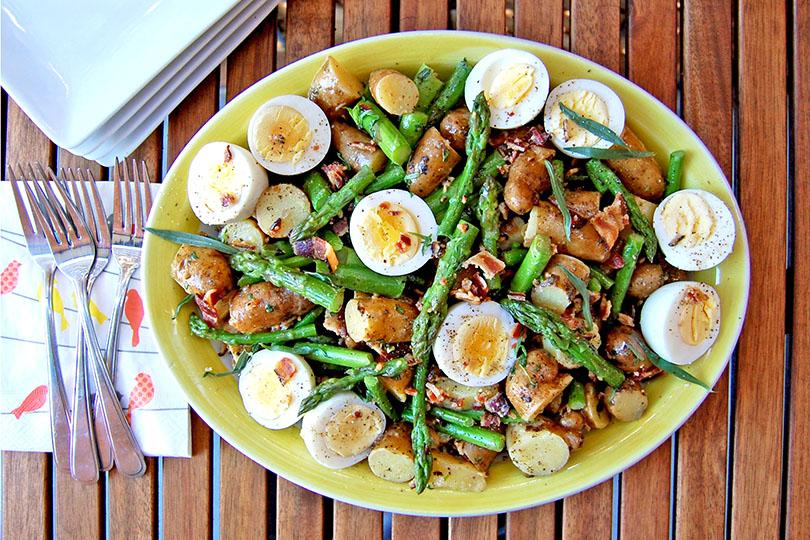 Salade-repas de rattes et d'asperges aux œufs fermiers et au bacon