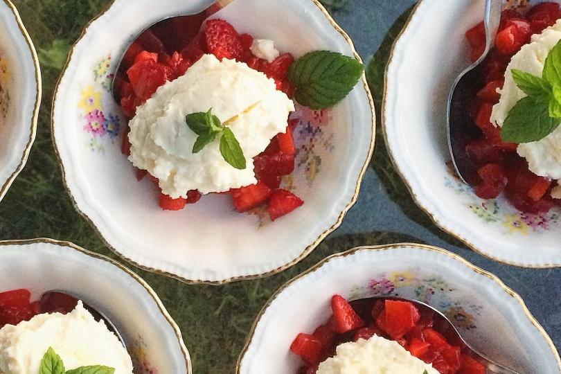 Tartare de fraises à la menthe, crème de fromage frais au miel