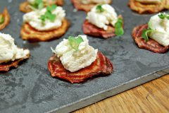 Canapés de fromage frais sur croustilles de betterave