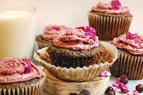 Petits gâteaux à l'amélanche, au vin et à la rose sauvage