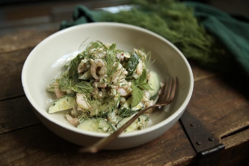 Salade-repas de concombre et crevettes à l'aneth